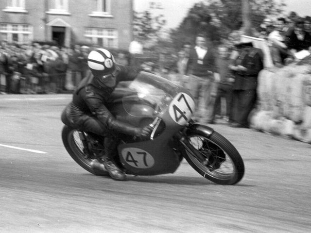 Chris Conn on his was to his 500cc Championship win in 1963. (Picture courtesy of Southern 100 Archive).