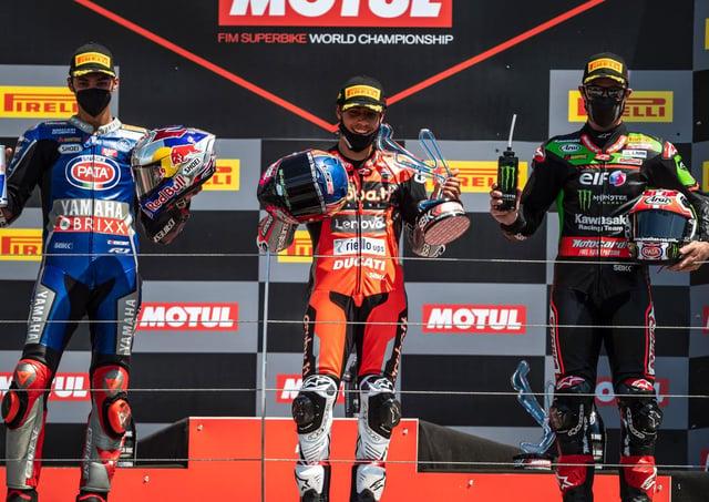 Michael Ruben Rinaldi ha vinto la Superpole di domenica dal secondo classificato Toprak Razgatlioglu (a sinistra) e Jonathan Rea.
