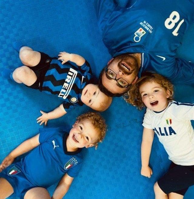 Tifoso italiano Dino Cabolla con i figli Arianna (5), Emilia (8 mesi) e veto (3)